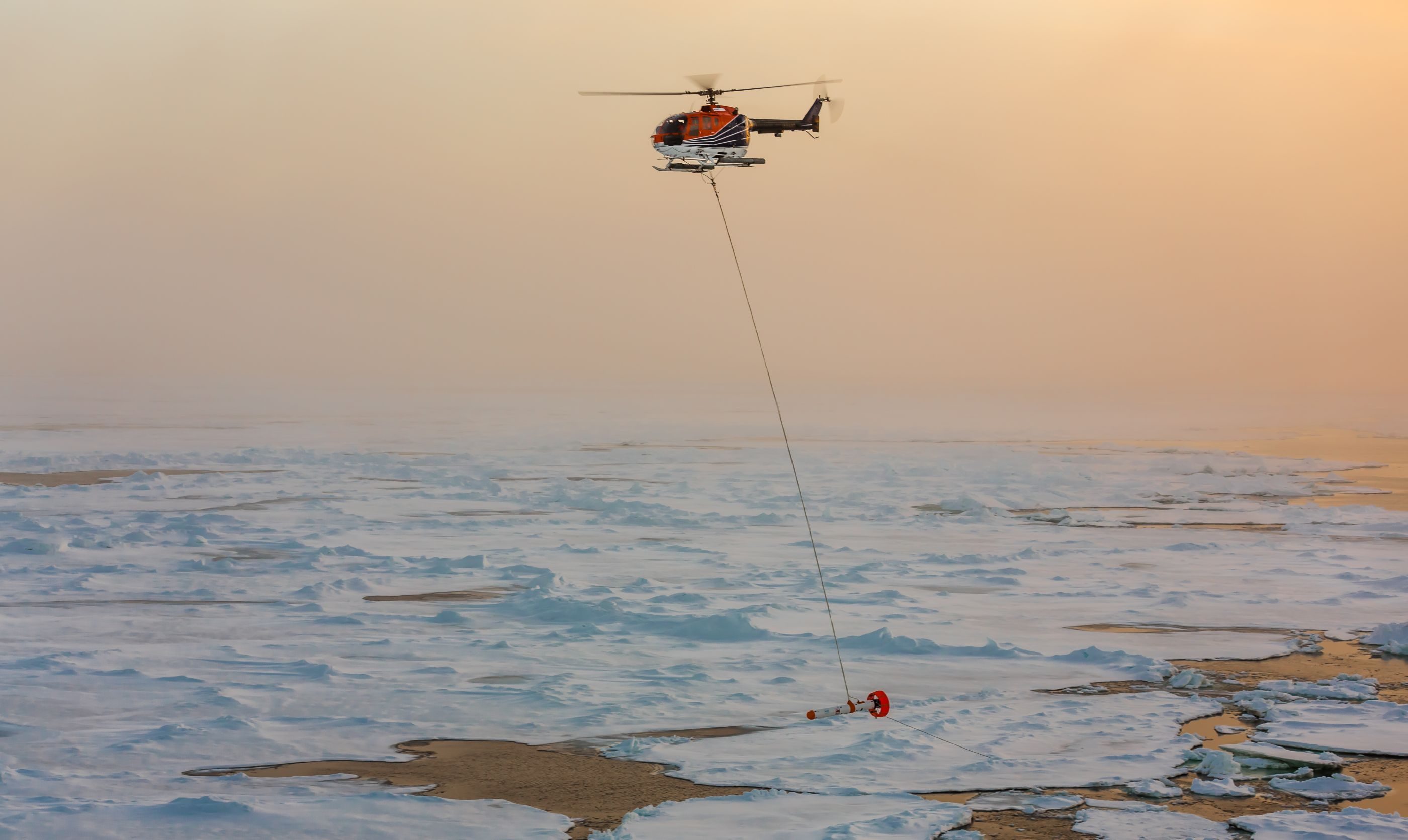 EM-Bird zur Eisdickenbestimmung im Einsatz.   EM-Bird for ice thickness measurements in operation.